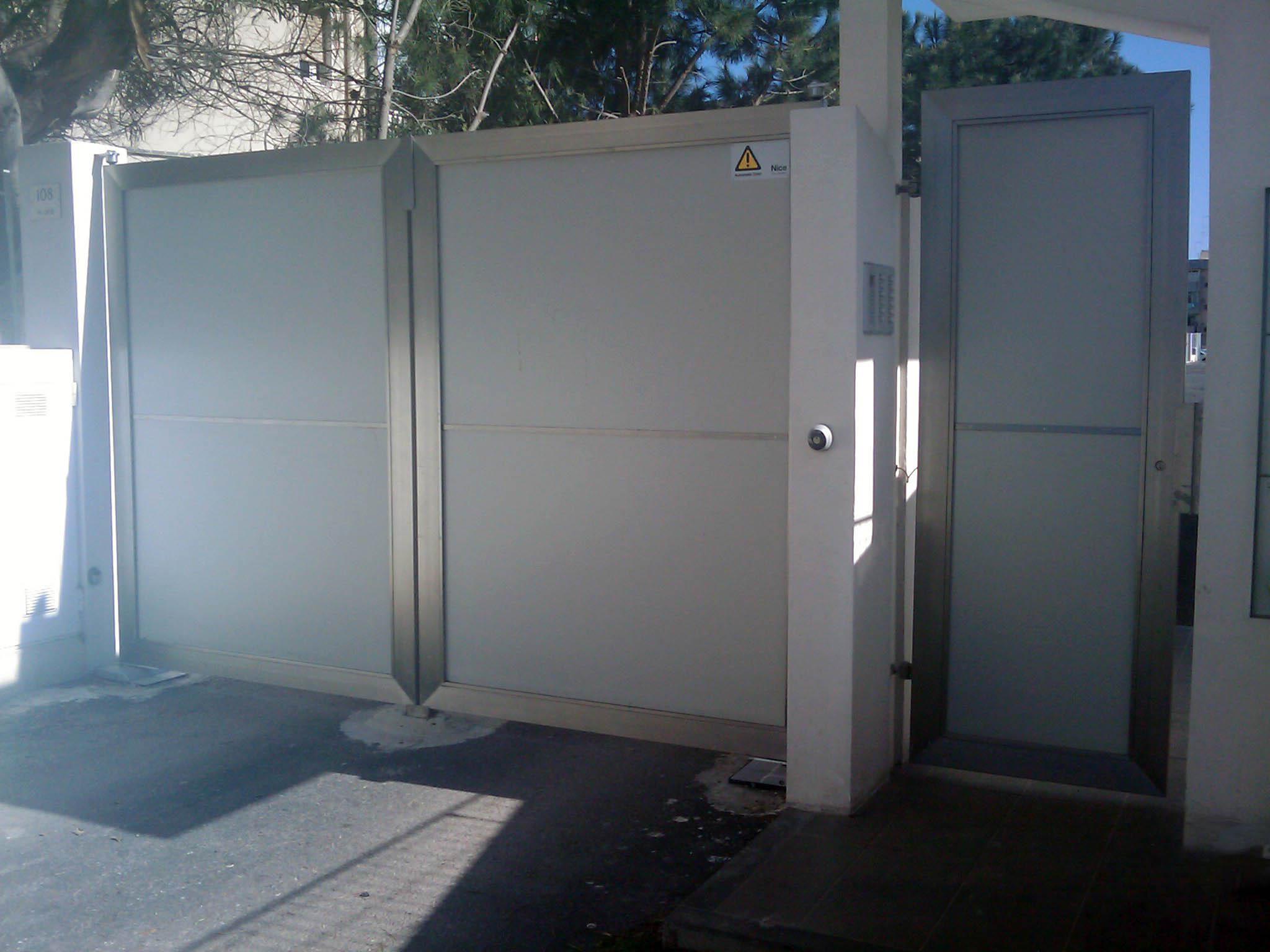 cancello-a-due ante-battente in-acciaio-inox satinato